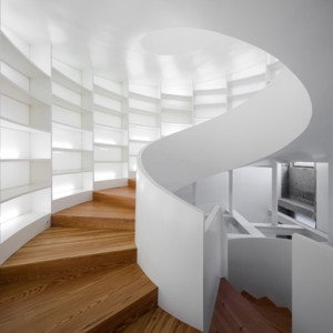 spiral-staircase-with-book-storage