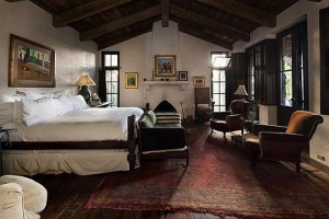 King-Master-Bedroom-Set-at-Traditional-Wooden-House-Style-Decorating