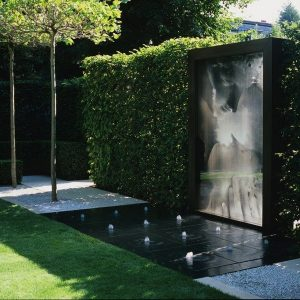 Modern-sculptures-and-water-features-in-a-trendy-garden